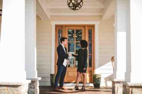02 Realtor - Home Owner - Deal - Contract - Handshake