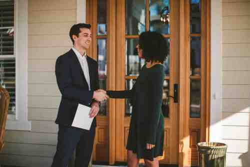 03 Realtor - Home Owner - Deal - Contract - Handshake