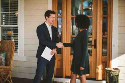 04 Realtor - Home Owner - Deal - Contract - Handshake
