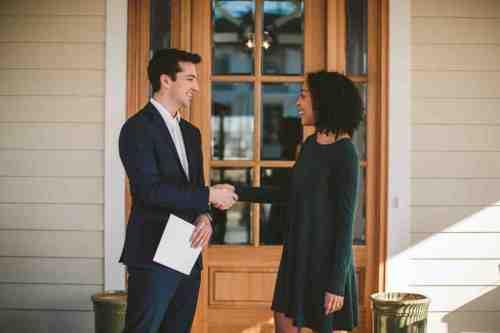 06 Realtor - Home Owner - Deal - Contract - Handshake