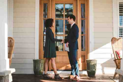 07 Realtor - Home Owner - Deal - Contract - Handshake