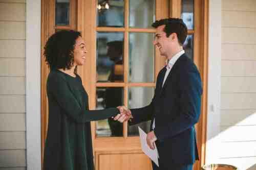 08 Realtor - Home Owner - Deal - Contract - Handshake