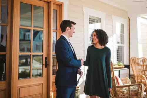 17 Realtor - Home Owner - Deal - Contract - Handshake