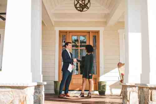 19 Realtor - Home Owner - Deal - Contract - Handshake