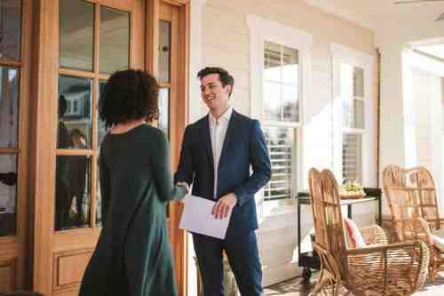 21 Realtor - Home Owner - Deal - Contract - Handshake