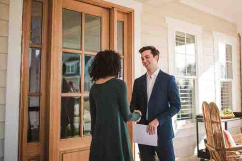 22 Realtor - Home Owner - Deal - Contract - Handshake
