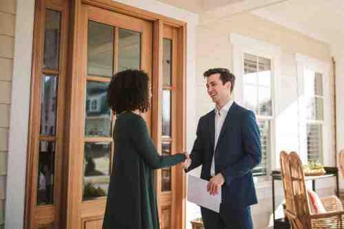 23 Realtor - Home Owner - Deal - Contract - Handshake